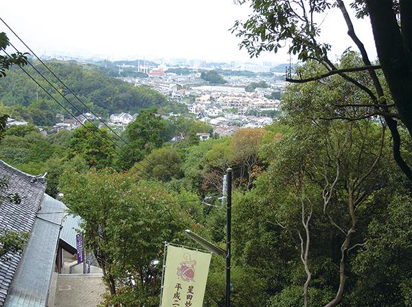 星田妙見宮からの眺望。晴れた日は瀬戸大橋まで見渡せる。