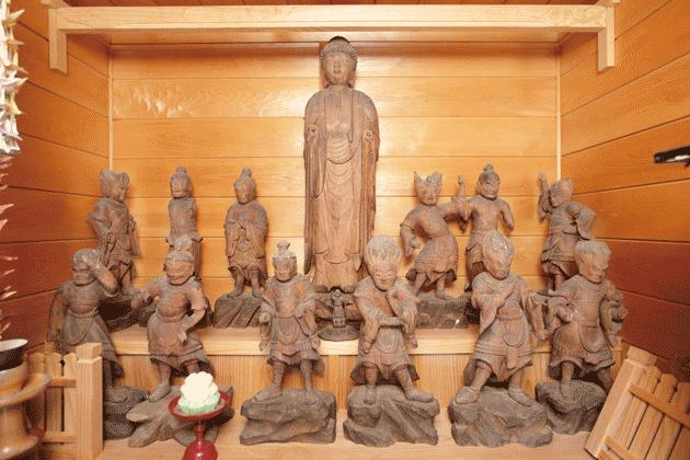 薬師如来像と十二神将立像の全体写真