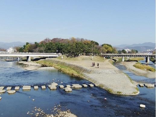 s_1・左の賀茂川と右の高野川に挟まれた糺の森