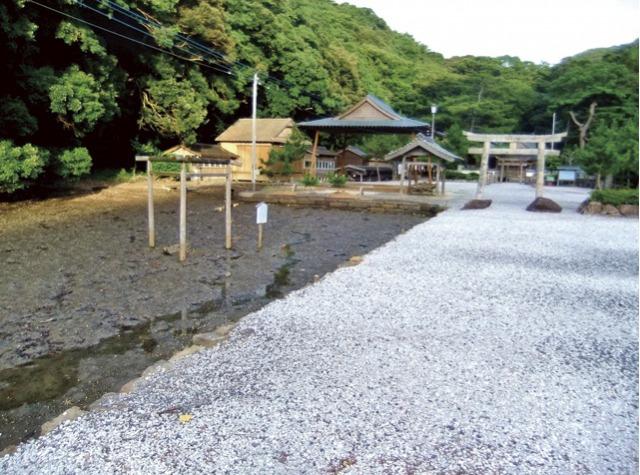 s_6・和多都美神社の参道脇の汐溜りに立つ三柱鳥居