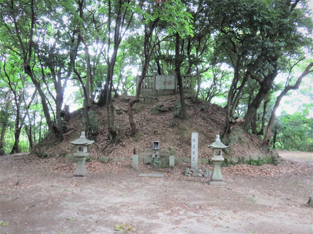 3・通法寺跡にある源義家公の墓
