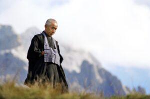 オーストリアの山々を背にしてたたずむ晩年の弘文。アメリカとヨーロッパで精力的に布教していた