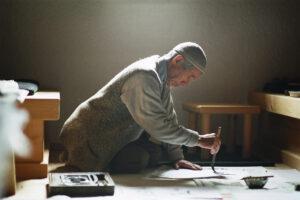 「仏法の塊のように生きた」弘文。晩年、オーストリアにて書にいそしむ ©Nicolas Schossleitner